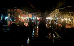 Puesto de carnes, el mercado esta divido por secciones, carnes, pescados, frutas y verduras, otros puestos varios...