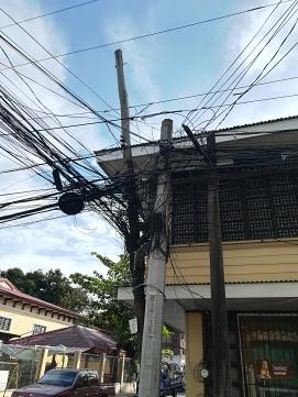 Esto es lo habitual en las esquinas de cada calle, no se como se las apañan. Mu Profesinaa