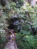 Entrando a la cueva el grupo de espeleólogos
