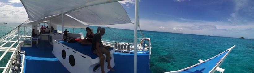 En este barco fuimos a hacer las 2 últimas inmersiones, expectacular, 4 personas para sumerjirnos para 5 personas que estaban en el barco, solo falto la barbikiu.