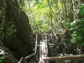 De camino hacia el río subterraneo para atravesar este laberinto cárstico, han facilitado el acceso mediante escaleras y pasarelas que van por la parte superior de este.