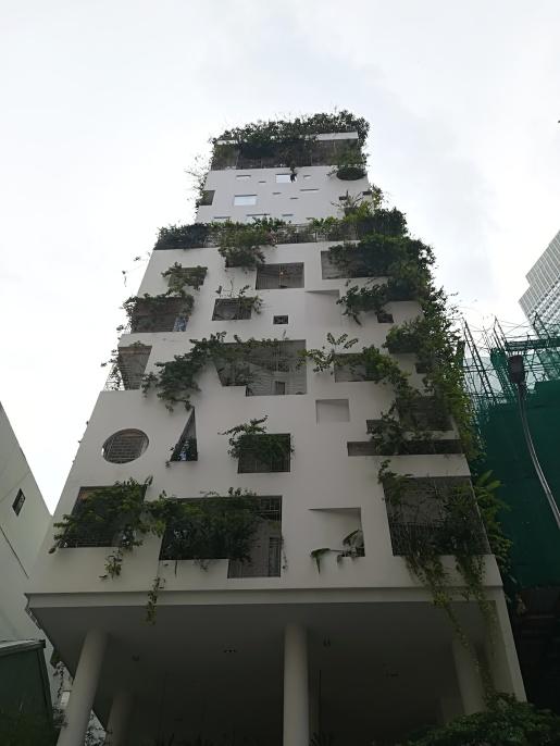 Edificio singular entre obras, tráfico, polución...