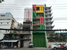 Como en 50 metros podemos encontrar cualquier mezcla de vivienda, desde la hecha con chapas hasta pequeñas torres con sus centros comerciales atras.