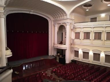 Previa a la actuación hacen una pequeña ruta por la opera explicando cuatro anecdotas y datos sobre ella.