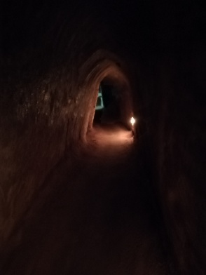 Este es el tamaño de los túneles, no llega a los 1,50m de por los 0,5m de ancho. Yo con la mochila a cuestas me costó moverme, no quiero pensar con la equipación militar.