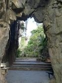 Entrada a una plaza en medio de la montaña, a la cual tiene 2 entradas de iguales características