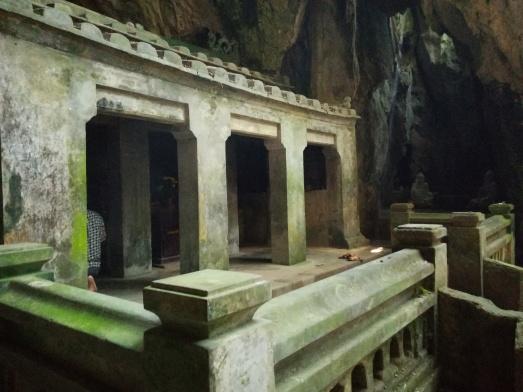 Templo dentro de la cueva Tang Chon