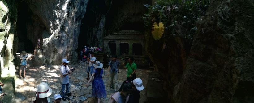 Esta cueva se encuentra en la trasera del templo, habrá que bordear este por su lado izquierdo.