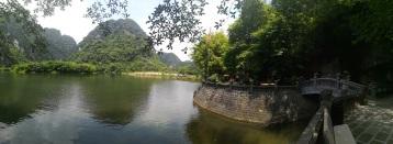 Cueva junto al templo