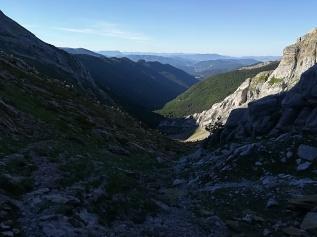 Una vez subido el paso, de frente, nos encontramos este otro valle. Descenderemos hasta la pista donde 1 km más abajo tomaremos a la izquierda para afrontar la 2. subida.