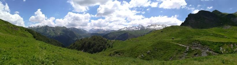 Bajo el Pico de Acué, en dirección al refugio de Arlet hay varia cabañas de pastores, en ellas podremos encontrar agua.