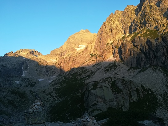 Sol entrando en las vías de escalada