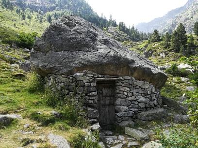 Cabaña-Vivac en la parte de abajo del Valle