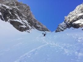Hasta la mitad con esquís, luego a pata por nieve polvo