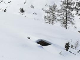 Nieve en la borda hasta la chimenea