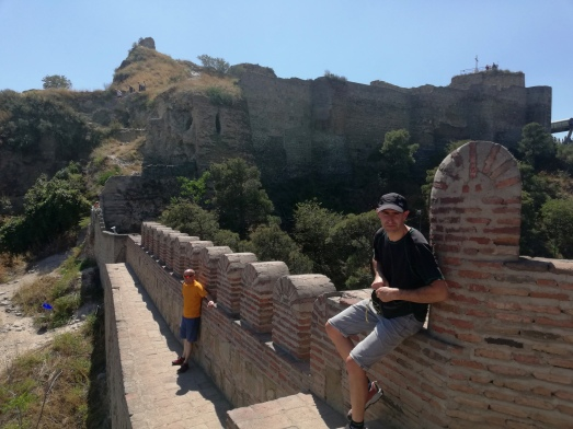 En lo alto la muralla y buen lugar para ver