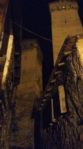 Torres de Mestia en la noche