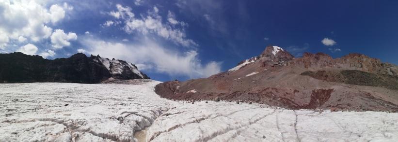 Panorámica del Kazbek, el refu y el glaciar