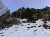 Subiendo por el paraavalanchas a la izquierda marca roja en el árbol. Pasar por debajo de la barrera de piedras